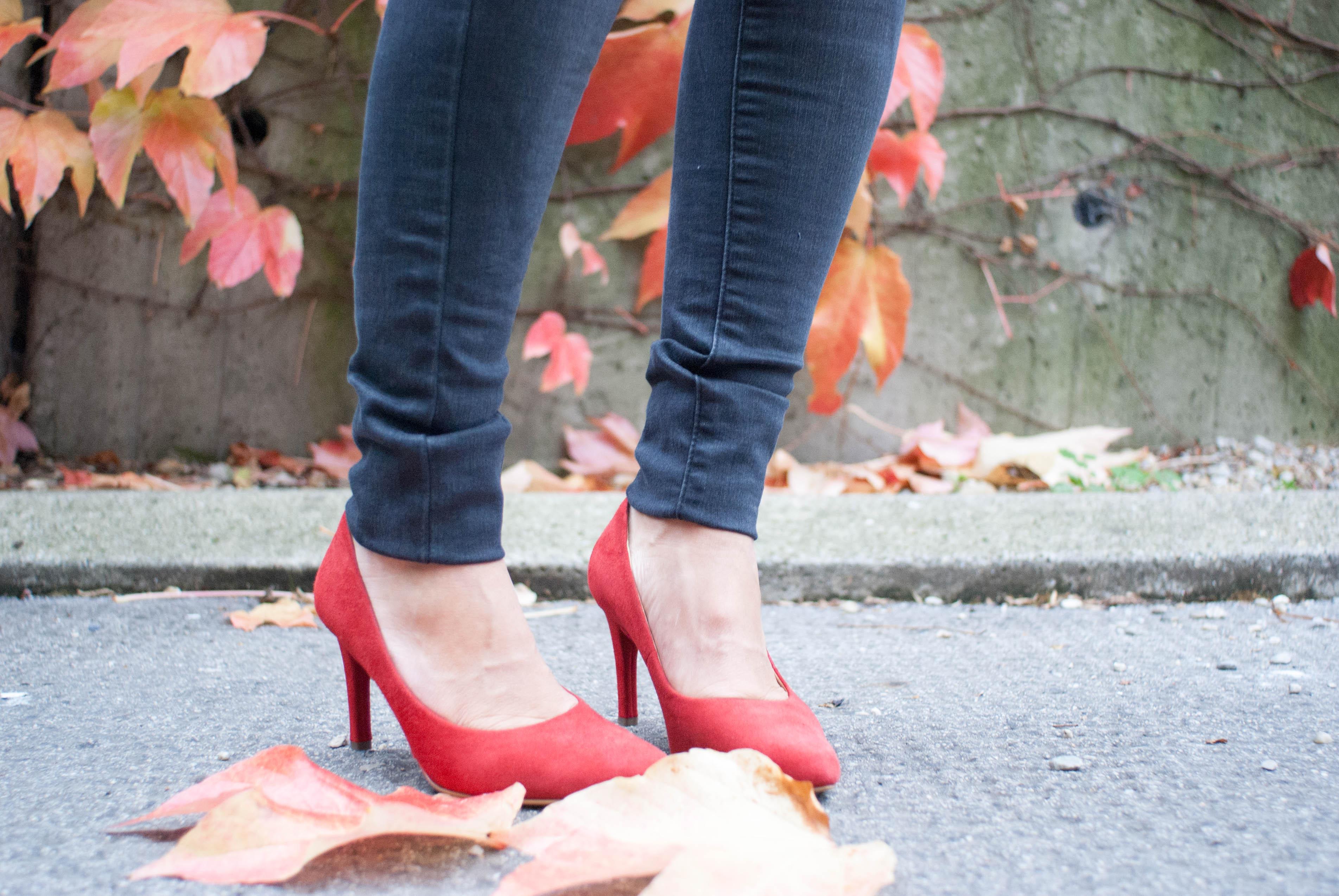 outfit mit roten schuhen